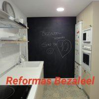 COCINA-VINTAGE-CON-PIZARRA-Y-MENCINANDO-UN-AGRADECIMIENTO-A-LA-EMPRESA