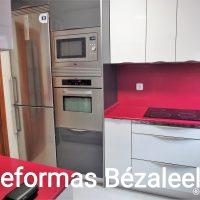 MUEBLES-DE-COCINA-BLANCO-ALTO-BRILLO-Y-ENCIMERA-Y-FRENTE-DE-PLACA-A-JUEGO-1