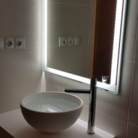 REFORMA-DE-BAÑO-CON-ENCIMERA-SOLID-SURFACES-LAVABO-FRUIT-Y-ESPEJO-LED