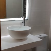 REFORMA-DE-BAÑO-CON-ENCIMERA-SOLID-SURFACES-Y-LAVABO-FRUIT